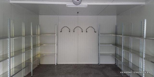 Interior garaje con estanterías y colgadores de bicis