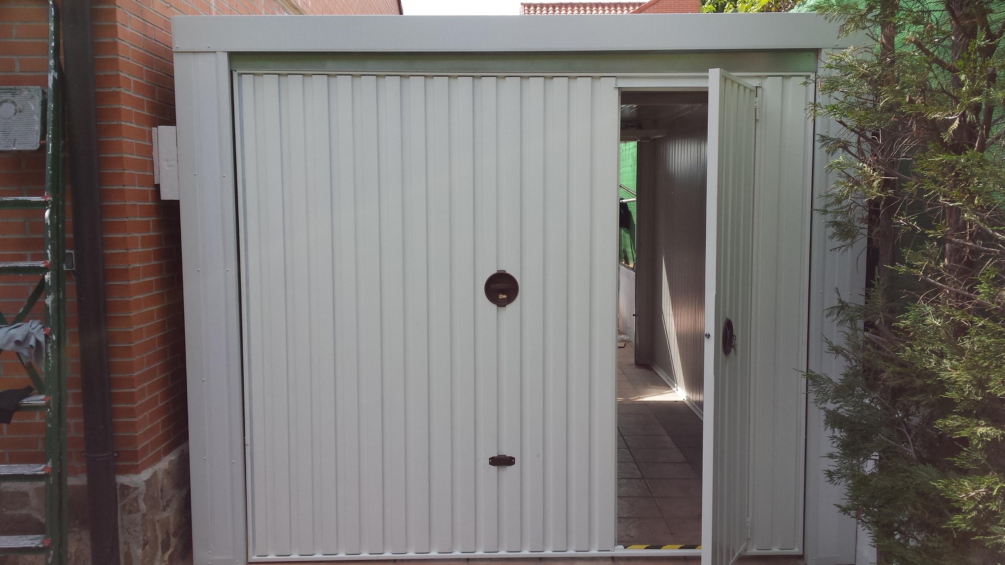 Garaje modular desmontable de paneles sandwich for Modelos de puertas de garaje