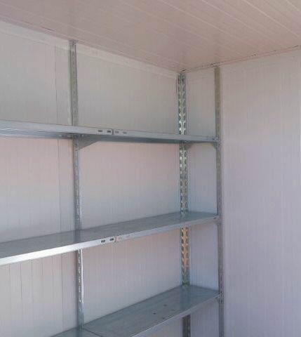 Interior del trastero con estanterías